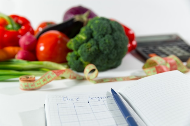 Plano de dieta, conceito de comida orgânica natural saudável, composição de vegetais maduros. close up do local de trabalho do médico nutricionista. nutrição vegetariana