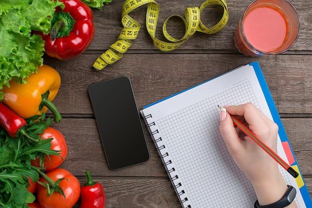Plano de dieta de emagrecimento oncept com simulação de vista superior de vegetais