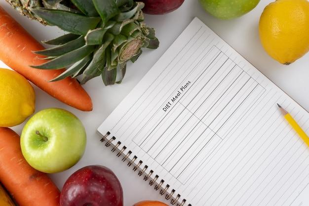 Plano de dieta e frutas frescas e produtos hortícolas vivos conceito
