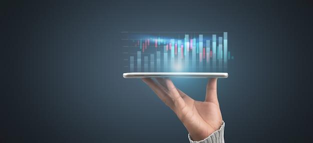 Plano de empresário gráfico de crescimento e aumento de indicadores positivos de gráfico em seu negócio, tablet na mão