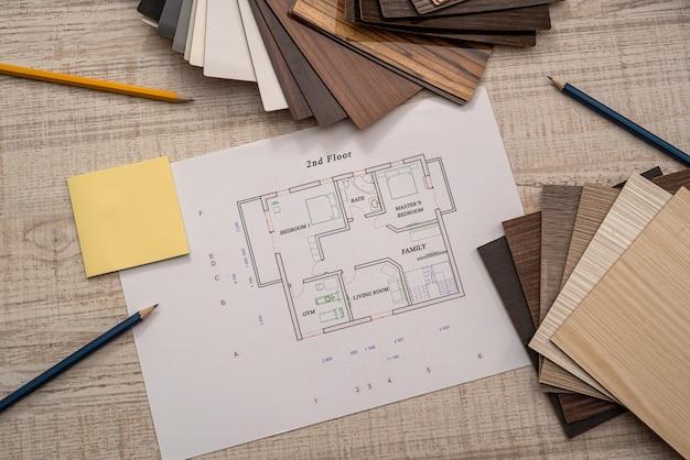 Plano de engenheiro de construção do arquiteto com classificador de cores na mesa do escritório, conceito de negócio