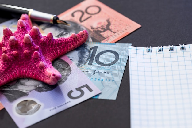 Plano de férias de verão com caneta bloco de notas e dólares australianos