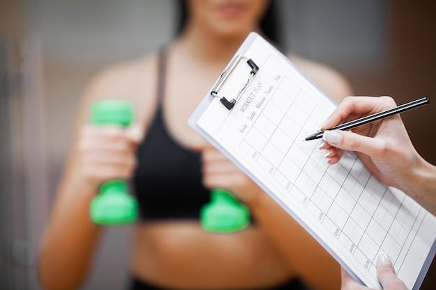 Plano de fitness. treinador esportivo equivale a plano de treino close-up
