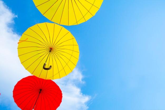 Plano de fundo colorido guarda-chuvas. guarda-chuvas coloridos no céu. decoração de rua.