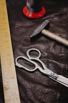 Plano de fundo com ferramentas e acessórios de costura e tricô.