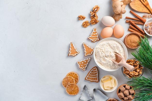 Plano de fundo culinário festivo com biscoitos de gengibre e ingredientes de panificação