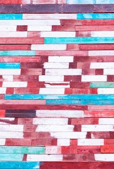 Plano de fundo da parede de velhas tábuas castigadas pelo tempo pintadas em cores brilhantes