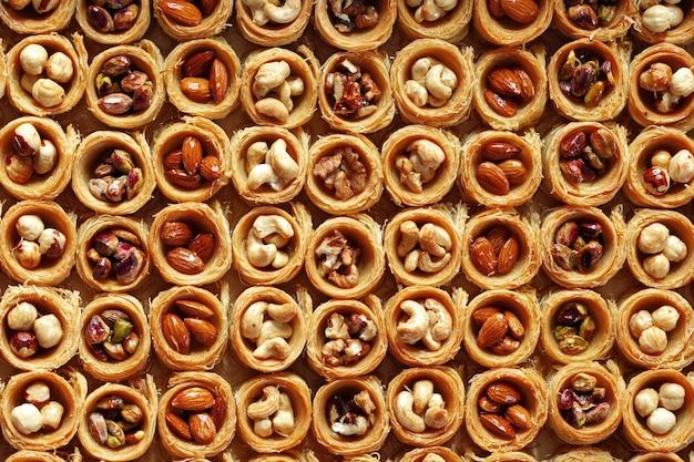 Plano de fundo da tradicional sobremesa árabe baklava com mel e nozes