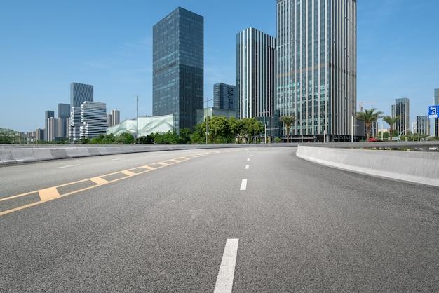 Plano de fundo da via expressa e horizonte urbano