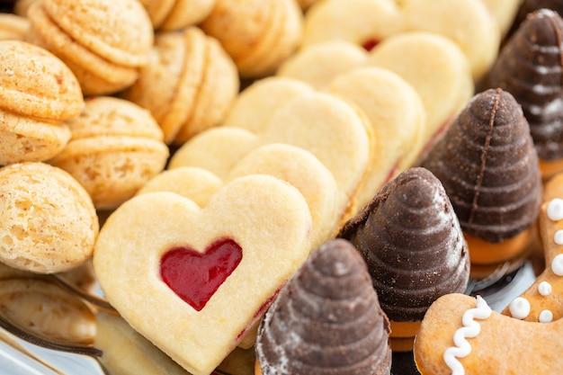 Plano de fundo de biscoitos de natal caseiros tradicionais tchecos, dof raso, foco no coração
