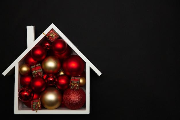 Plano de fundo de natal de uma casa festiva com enfeites de árvore de natal.