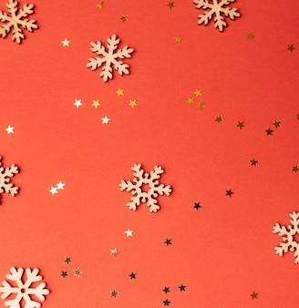 Plano de fundo de natal e estrelas em um fundo vermelho. copie o espaço de natal.