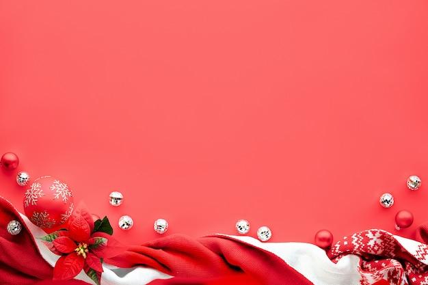 Plano de fundo de natal, plana leigos com decorações brancas e vermelhas sobre fundo vermelho coral, cópia-espaço. cachecol, bolas de discoteca, bugigangas.