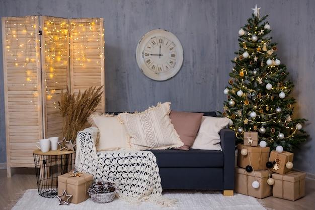 Plano de fundo de natal - sala de estar decorada com árvore de natal, sofá, presentes e guirlandas