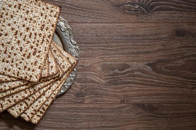 Plano de fundo de pessach. páscoa judaica. matzá na mesa de madeira vista superior