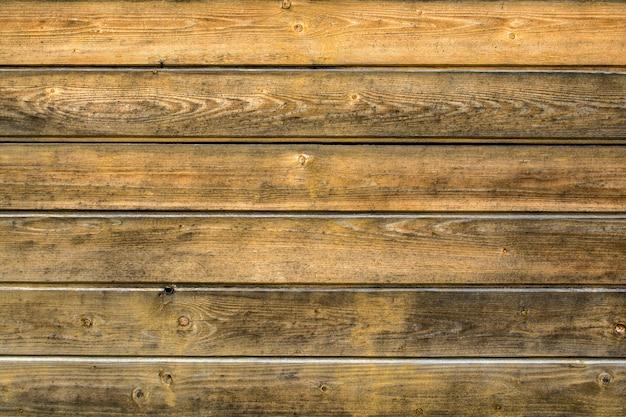 Plano de fundo de placas marrons claras velhas e surradas dispostas horizontalmente com espaço para texto.