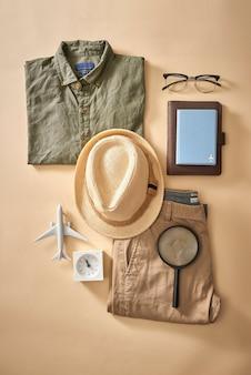 Plano de fundo de planejamento de férias de verão. preparar coisas turísticas para uma viagem e tomar café. coisas essenciais para o viajante no mapa. turismo e conceito de férias, copie o espaço