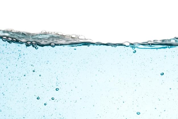 Plano de fundo de respingos de água isolado no fundo branco, onda de água.