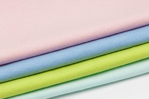 Plano de fundo de tecidos coloridos e têxteis empilhados uns sobre os outros