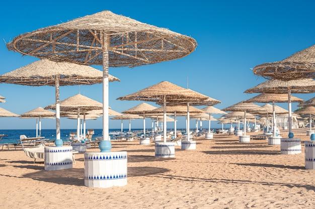 Plano de fundo de uma bela praia de areia equipada, conceito de férias de verão.