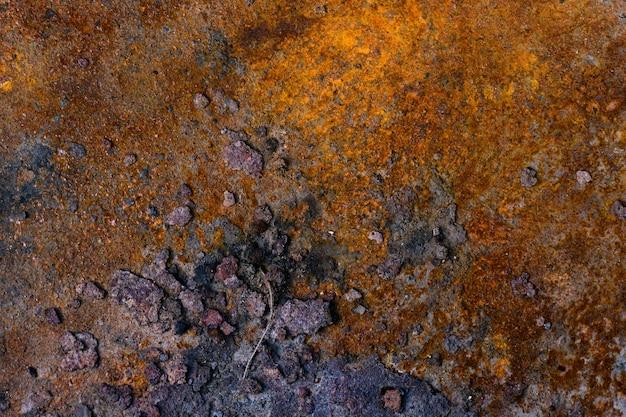 Plano de fundo de uma folha de metal enferrujada de ferro velho, cores laranja e marrons