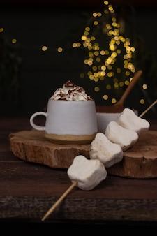 Plano de fundo de véspera de ano novo de uma xícara de chocolate e creme em um fundo de bokeh