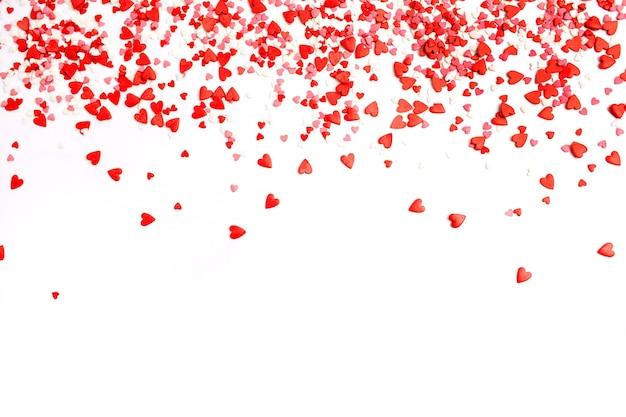 Plano de fundo dia dos namorados. camada plana, vista superior dos corações vermelhos, rosa e brancos. conceito de amor.