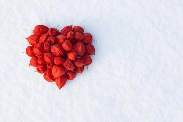 Plano de fundo dia dos namorados com coração vermelho na neve