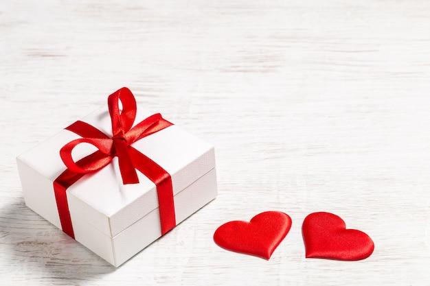 Plano de fundo dia dos namorados com presente e corações vermelhos, vista superior. san valentine e o conceito de amor.