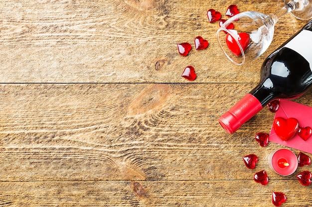Plano de fundo dia dos namorados com vinho tinto, taça de vinho e um cartão