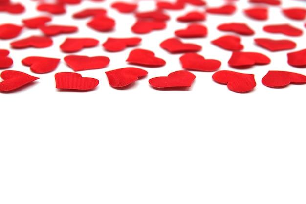 Plano de fundo dia dos namorados. corações vermelhos brilhantes isolados no fundo branco. cartão de dia dos namorados com corações vermelhos. padrão de dia dos namorados. opie o espaço para o seu texto.