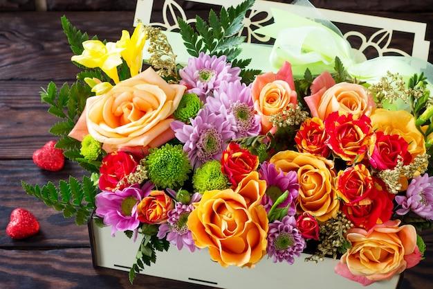 Plano de fundo dia dos namorados ou dia do casamento. lindo buquê de flores como um presente.