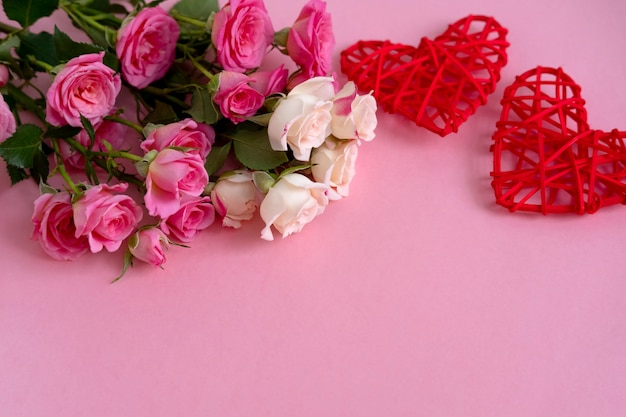 Plano de fundo dia dos namorados. rosas em fundo rosa pastel.