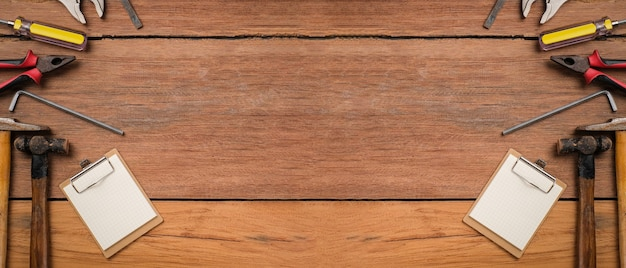 Plano de fundo dia dos pais com espaço de cópia. ferramentas de construção e tratamento definidas sobre uma mesa de madeira plana leigos, ferramentas de construção antigas, vintage.