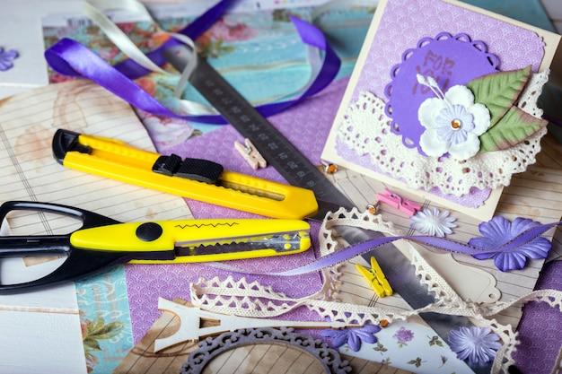 Plano de fundo do álbum de recortes. cartão e ferramentas com decoração