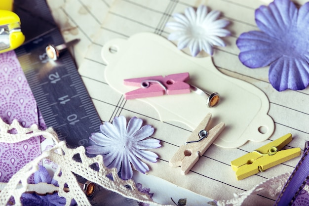 Plano de fundo do álbum de recortes. ferramentas com decoração