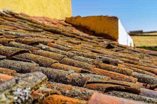 Plano de fundo do antigo telhado da casa na aldeia mediterrânea.