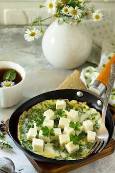 Plano de fundo do café da manhã ovos fritos com espinafre queijo feta na mesa de pedra espaço livre para o seu texto