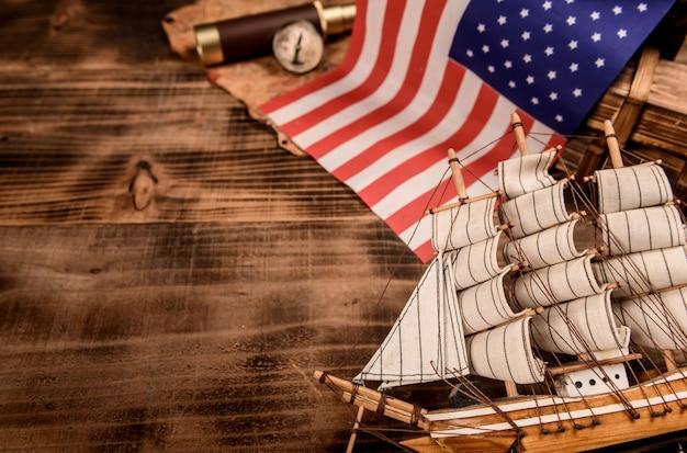 Plano de fundo do dia de colombo. mapa e descoberta de equipamentos antigos. exploração e história da américa em outubro.