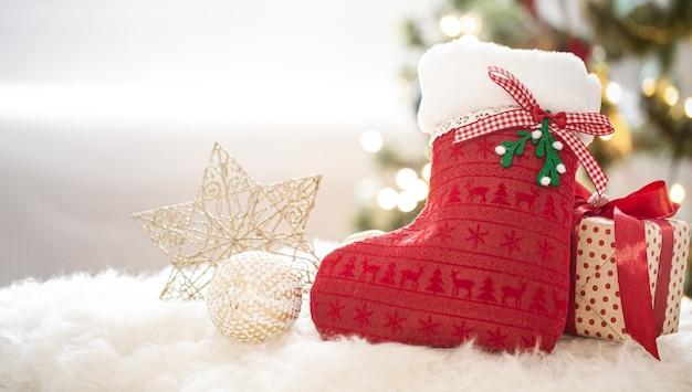 Plano de fundo do feriado de ano novo com uma meia decorativa em um ambiente caseiro aconchegante close-up.