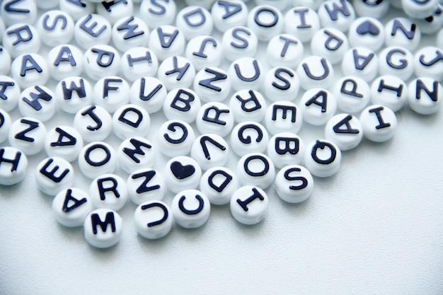 Plano de fundo do padrão de letras do alfabeto isolado no branco