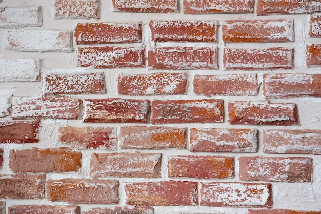 Plano de fundo e textura da parede de tijolo vermelho pintado com tinta branca
