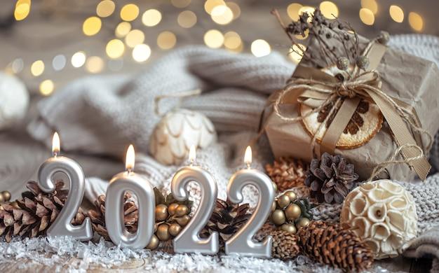 Plano de fundo festivo de ano novo com velas em forma de números 2022.