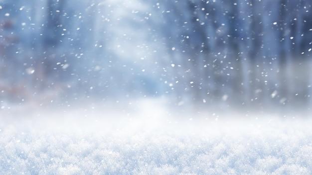 Plano de fundo natal e ano novo, cobertura de neve e floresta desfocada durante a queda de neve