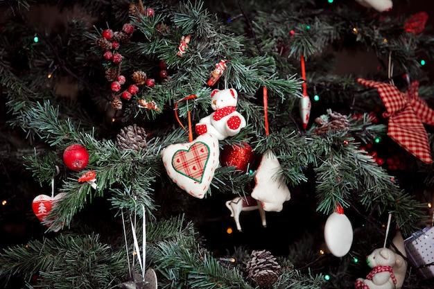 Plano de fundo natal e ano novo com decoração de árvore verde