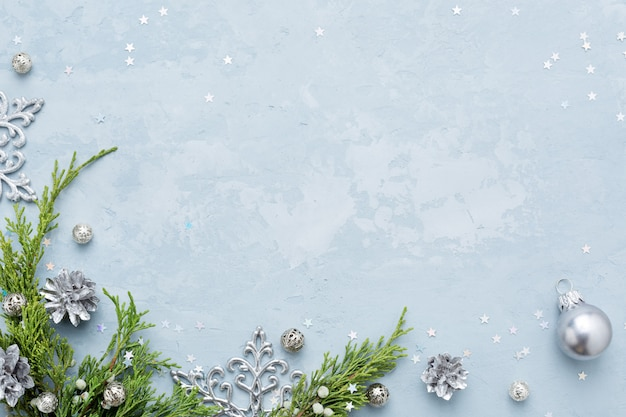 Plano de fundo natal e ano novo com moldura de prata decorações no espaço azul cópia.