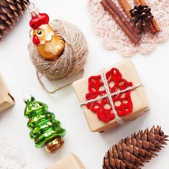 Plano de fundo natal e ano novo com presentes artesanais embrulhados em papel ofício e decorações.