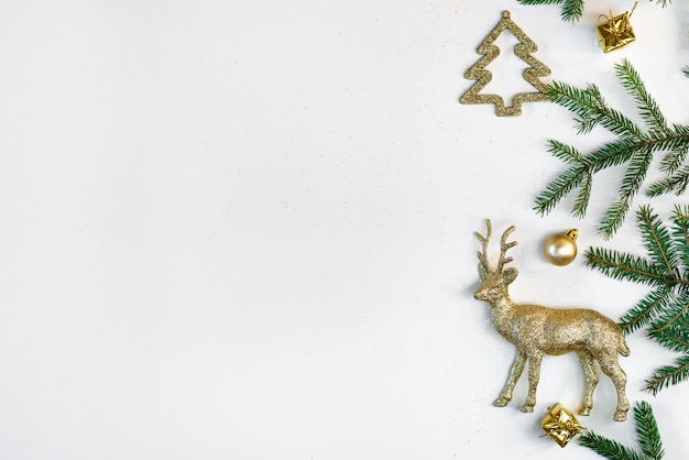 Plano de fundo natal ou ano novo. composição de decorações de natal e ramos de abeto em branco. configuração plana