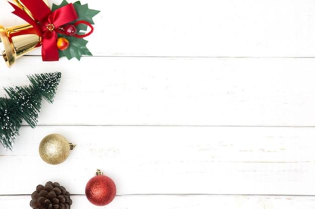 Plano de fundo natal ou ano novo, composição simples feita de decorações de natal e ramos de abeto, plano leigo, espaço em branco para um texto de saudação.
