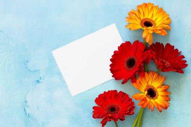 Plano de fundo ou cartão de felicitações para o dia das mães folha de papel de felicitações com flores de gérbera
